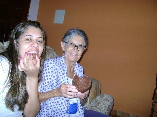 Ariane Rodrigues se divertiu com a vovó Rita Caetano do domingo de Páscoa comendo guloseimas. A dupla é de Cabreúva (SP).