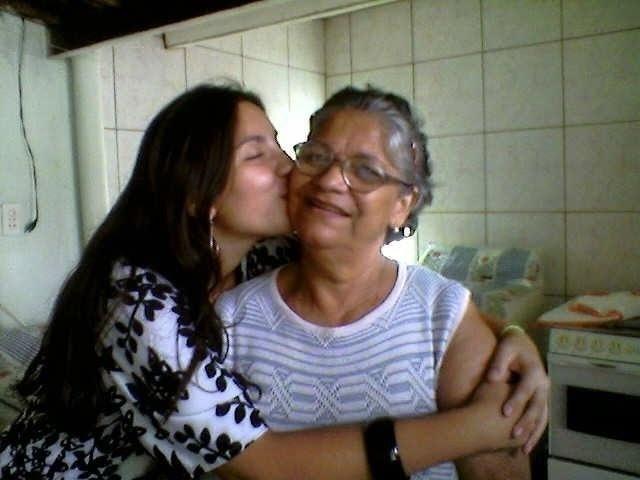 Olha o carinho da neta Maria Fernanda Silva Luiz pela vovó Tereza Moreira! A foto foi tirada pelo vô da internauta, Manoel Pereira, em Cachoeira Paulista (SP).