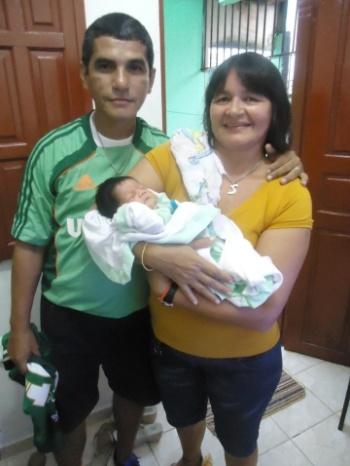 Os avós Eduardo e Socorro Cruz posam com Lukas no 1º dia de nascido do Bebê. O trio é de Belém (PA).