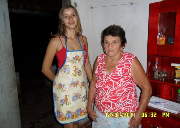 """Raylane Ribeiro dos Santos enviou uma imagem do dia que preparou a ceia do Reveillón do ano passado ao lado da vovó Maria Rosa Ribeiro. """"Você é muito especial para mim e para todos que te amam"""", declara a neta."""