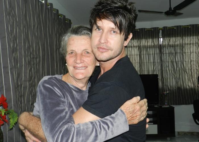 """Sergio Benetelli conta que adotou a mãe de sua esposa, Genielli, como sua avó. """"Parabéns pelo seu dia, minha linda vovó"""". O internauta lamenta a perda recente de dona Luzia"""