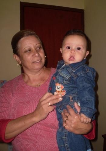 Vovó Lili posa com o pequeno netinho Pedro Henrique Guedes. Eles moram em Pouso Alegre (MG).