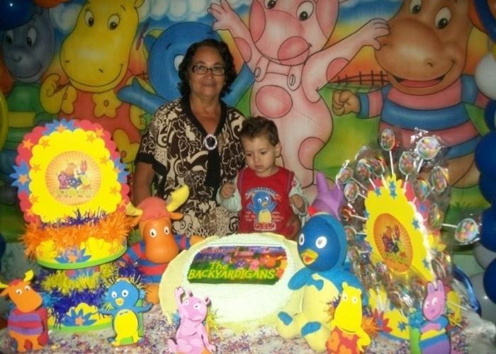 Vovó Marinete da Silva posa com o Samuel Drumond, no dia do aniversário de um ano do netinho. Eles são de Queimados (RJ).