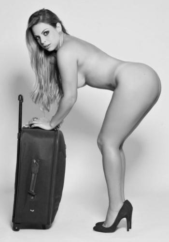 A modelo Jéssica Lopes, conhecida como a 'Peladona de Congonhas', conquistou seus 15 minutos de fama e engatou um ensaio nu na revista 'Sexy' de agosto de 2012. Após ser flagrada por um fotógrafo trocando de roupa no estacionamento do aeroporto de São Paulo, a bela é destaque na publicação em fotos sensuais ao lado de uma mala