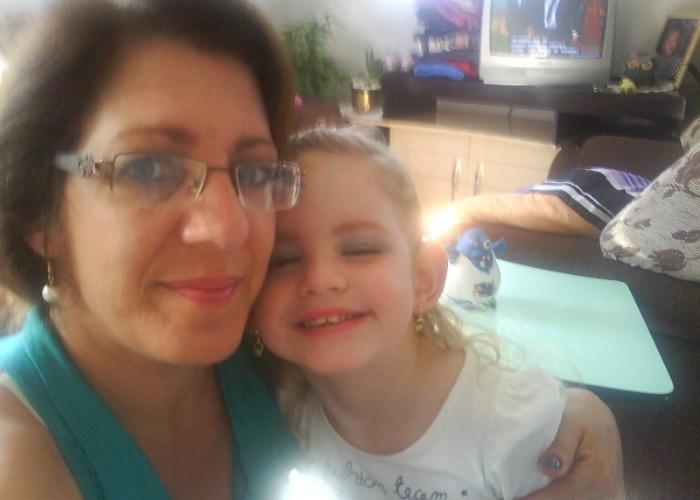 A vovó Rosângela tirou uma foto ao lado da netinha Victoria antes de irem a uma festinha na escola da garota, em Canoas (RS).