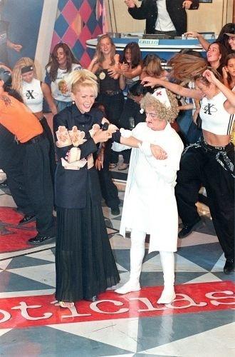 """O assistente de palco Russo, fantasiado de enfermeira, com a apresentadora Xuxa durante gravação do programa """"Planeta Xuxa"""" (8/2/98)"""