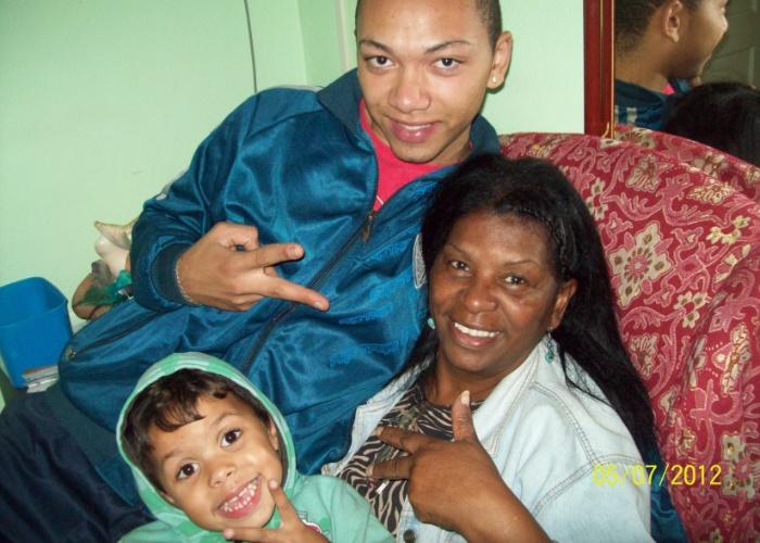 Os netos Jefferson e Gabriel fazem pose ao lado da amada vovó Vera Dias. O trio mora em Porto Alegre (RS).