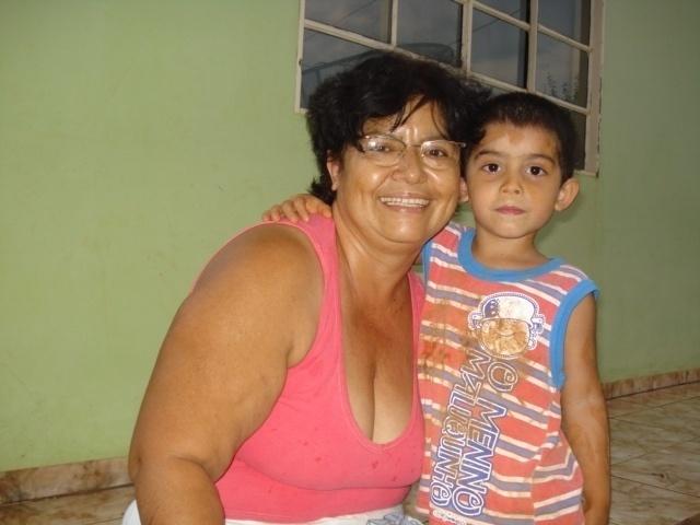 Vovó Ivone posa ao lado do netinho travesso João Victor. Eles são de Sapezal (MT).