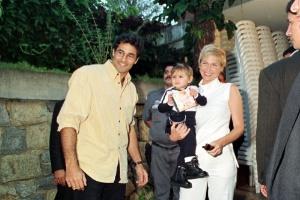 28.jul.1999 - A apresentadora Xuxa Meneghel chega com sua filha Sasha