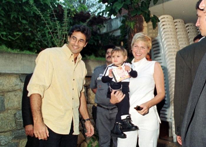 28.jul.1999 - A apresentadora Xuxa Meneghel chega com sua filha Sasha na festa de aniversário da criança promovida pelo pai, o modelo e ator Luciano Szafir