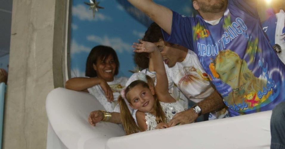 """Sasha acena em um dos camarotes da Marquês de Sapucaí no Rio de Janeiro no Carnaval de 2004. Neste ano, a escola de samba Caprichosos de Pilares apresentou o enredo dedicado à mãe da garota: """"Xuxa e seu reino encantado no carnaval da imaginação""""."""