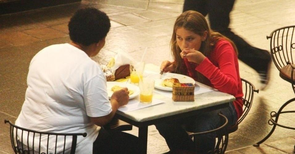 18.mar.2010 - Sasha almoça com a babá em shopping no Rio de Janeiro