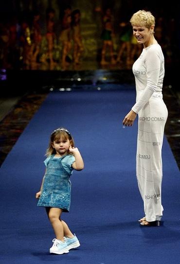 20.jul.2000 - Sasha e sua mãe, Xuxa Meneghel, desfilam pela grife Bicho Comeu na Semana Barrashopping de Estilo, no Rio de Janeiro