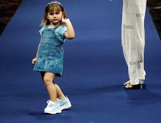 Sasha e sua mãe, Xuxa Meneghel, desfilam pela grife B