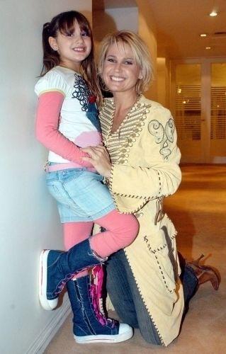 "4.out.2005 - Xuxa posa para foto com a filha Sasha nos bastidores do programa de Maradona na televisão argentina, chamado ""La Noche del Diez"""