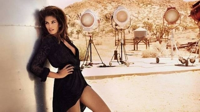 J&#225; se foram 24 anos desde que Cindy Crawford estampou a capa da &#34;Playboy&#34;, em 1988, mas a modelo americana mostrou que ainda est&#225; com tudo em cima. Cindy, hoje aos 46, fez um ensaio sensual para revista &#34;Tatler&#34; de setembro &#40;2012&#41;