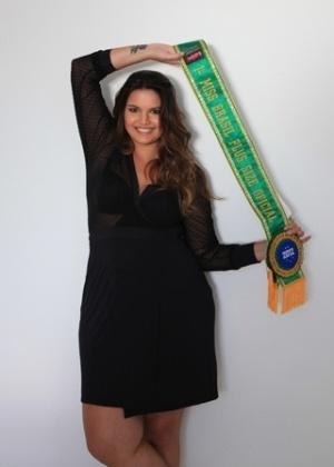"""Cléo Fernandes, de 25 anos, 1,75 de altura e 95 quilos, eleita a Miss Brasil Plus Size de 2012, estampa o recheio da revista """"Tpm"""" de agosto.""""Participar do concurso significava me mostrar como Cléo, e ainda é difícil acreditar que justo eu, que passei a adolescência pensando que só seria feliz magra, estou me dando tão bem com o corpo que tenho hoje"""", declarou Cléo, uma das modelos mais requisitadas do país atualmente (30/7/12)"""