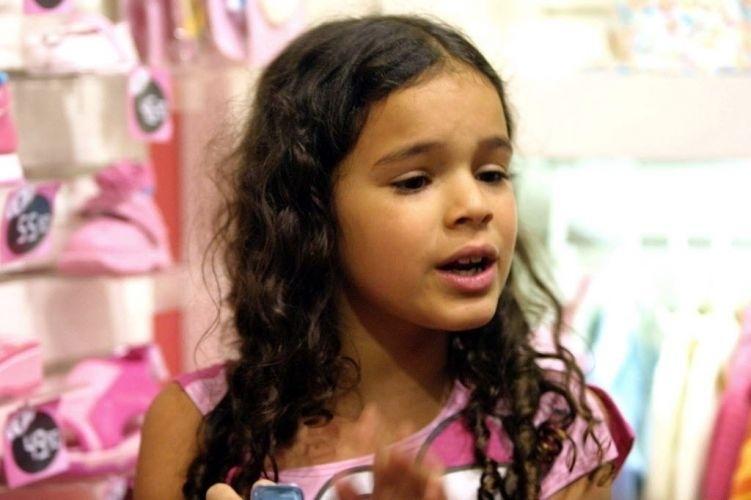 """17.out.2003 - O sucesso da personagem Salete, interpretada pela atriz Bruna Marquezine, na novela """"Mulheres Apaixonadas"""" rendeu à garota fama repentina. Na foto, ela distribui autógrafos em uma loja de um shopping do Rio de Janeiro"""