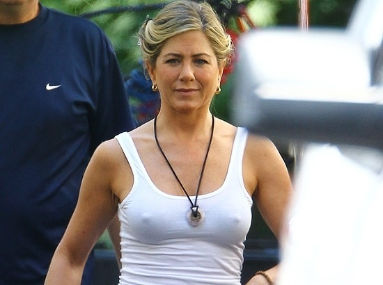 A atriz Jennifer Aniston, ex-mulher de Brad Pitt, parece &#224; vontade com seu corpo aos 43 anos. A Rachel do seriado &#34;Friends&#34; desfilou sem suti&#227; e regata branca nas filmagens de &#34;We&#39;re The Millers&#34;, em Wilmington, na Carolina do Norte, nos Estados Unidos &#40;3/8/12&#41;
