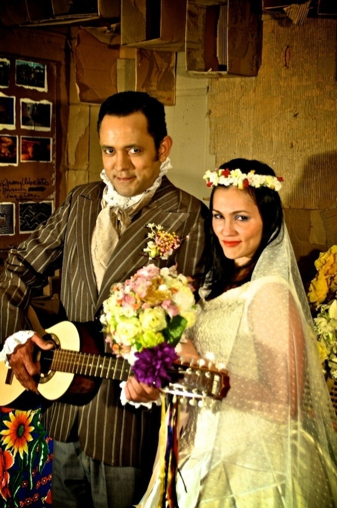"Ao lado de Joaz Campos, na peça ""O Casamento Suspeitoso"" (2011)."