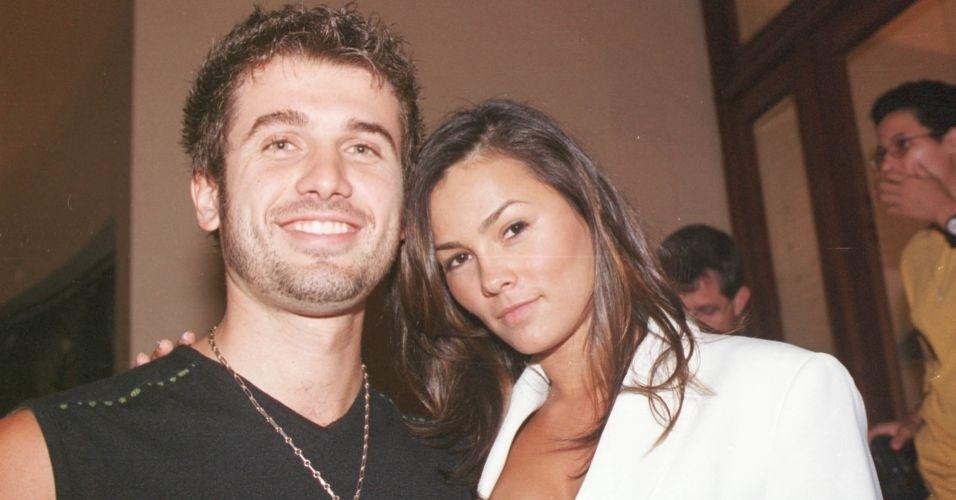 """Com o então namorado Eriberto Leão, Suzana Alves vai a mais uma estreia no teatro, da peça """"Honra"""", em 2002."""