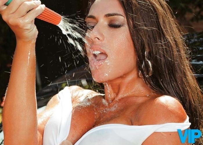 """Em março de 2010, Nicole Bahls estrelou um ensaio para a revista """"VIP"""""""