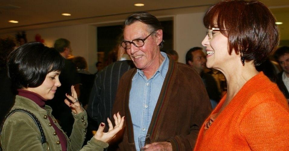 """Suzana conversa com o falecido John Herbert na estreia da peça """"Sua Excelência, o Candidato"""", em 2006."""