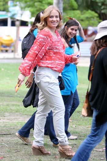 """A apresentadora Angélica deixou parte do barrigão à mostra durante a gravação do programa """"Estrelas"""", realizada na Lagoa Rodrigo de Freitas, nesta segunda-feira (6/8/12). A loira está no sexto mês de gestação de sua primeira filha, que se chamará Eva - anunciado por Angélica no último sábado (4)"""