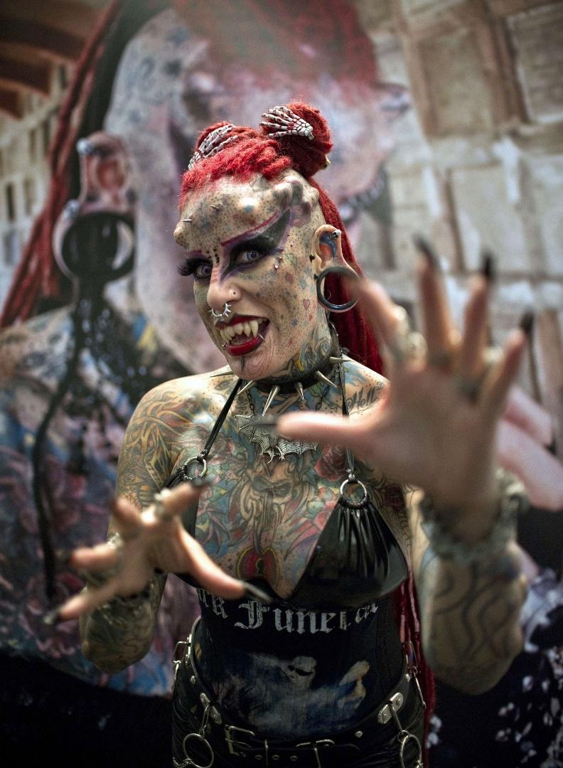 Tatuadora Maria José Cristerna participa de festival de tatuagens na Cidade do México (5/8/12). Após sofrer agressões do marido, ela fez tatuagens no corpo todo, colocou piercings no rosto, implantes dentários e aplicou implantes de titânio que simulam chifres. A 'metamorfose' começou quando ela tinha 17 anos. Hoje, com 35, a tatuadora está totalmente transformada