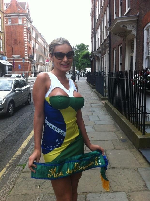 Mesmo que em vão, a ex- dançarina de Latino, Andressa Urach, tem feito de tudo para ser reconhecida como musa da Olimpíada. Desta vez, a loira ousou no look ao andar nas ruas de Londres, cidade sede dos Jogos Olímpicos. A gata usou uma canga estampada com a bandeira do Brasil para esconder seus seios