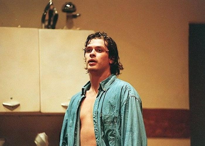 """Um dos atores mais conhecidos do Brasil, Fábio Assunção faz aniversário dia 10/8. Na foto, ele atua em cena da peça de teatro """"Oeste"""", de Sam Shepard, no Teatro Bibi Ferreira (9/3/96)."""