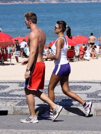 Ariadna e o namorado italiano, Gabriele Benedetti, foram clicados caminhando na orla do Leblon na manhã deste sábado (11/8/12). Eles se conheceram na Itália, onde morou a ex-BBB por um tempo e estão juntos há oito meses