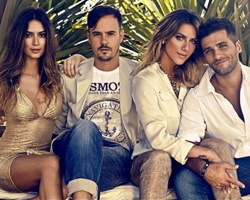Os atores Bruno Gagliasso, 30, e Giovanna Ewbank, 25, ainda n&#227;o foram vistos juntos depois de terem se reconciliado, mas um fot&#243;grafo divulgou uma imagem na qual o casal aparece na maior intimidade. Os dois posaram ao lado de Thayla Ayala e Paulo Vilhena para uma propaganda da grife Osmoze. O fot&#243;grafo Andr&#233; Nicolau divulgou em seu Instagram a foto, mas n&#227;o disse quando ela foi feita.