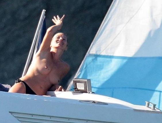 A top model britânica Kate Moss foi flagrada bem à vontade com os seios à mostra em um luxuoso iate durante viagem de férias em St. Tropez  (20/8/12)