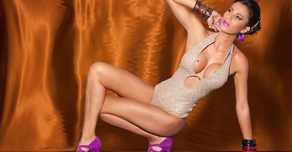 Além das fotos sem lingerie por baixo, Lorena ainda foi fotografada com dois bodysuits bastante decotados, mostrando que continua em forma.?