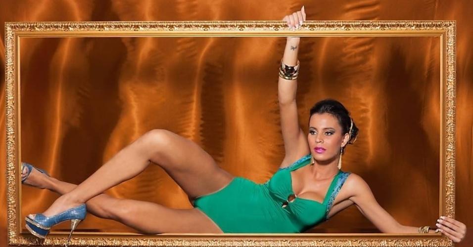 Além das fotos sem lingerie por baixo, Lorena Bueri também posou usando dois bodysuits com decotes generosos, mostrando que continua em ótima forma.?
