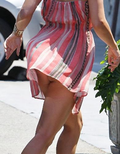 """""""Traída"""" pelo vento, a atriz e cantora americana Vanessa Hudgens deixa bumbum à mostra. Hudgens foi fotografada quando ia a um supermercado de Studio City, na Califórnia (21/8/12). Em breve, a atriz voltará ao cinema, vivendo uma prostituta, em """"The Frozen Ground"""""""