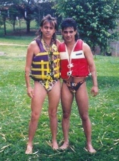 Uma imagem antiga de Chit&#227;ozinho e Zez&#233; de sungas estampadas virou hit na internet. Desde a ter&#231;a-feira &#40;21&#41;, internautas est&#227;o divulgando a foto nas redes sociais, relembrando um per&#237;odo dos anos 90 em mullets faziam grande sucesso nas cabe&#231;as masculinas
