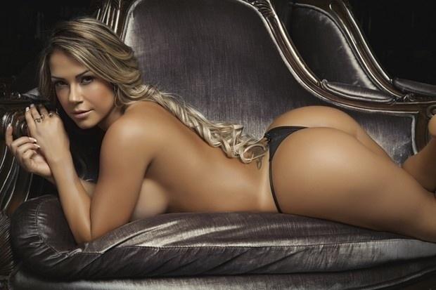 A revista 'Sexy' divulgou as fotos do ensaio da apresentadora do Multishow Gil Jung. A loira estampa a capa de setembro da revista. Gil posou nua na casa noturna Club A, de Amaury Jr., em São Paulo.