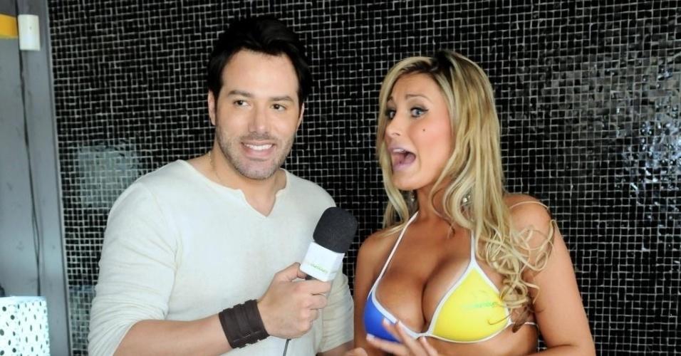 O repórter mineiro Ralph Santos. ex-mister Mundial Universo, entrevista a ex-latinente Andressa Urach, que participou do 'Miss Bumbum Brasil 2011'.