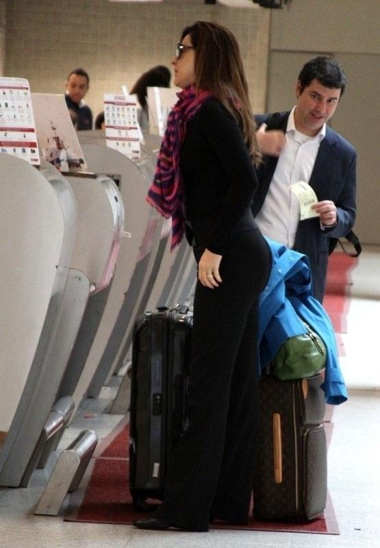 """Apesar da escolha por óculos escuros e roupa bem discreta, Claudia Raia não passou despercebida ao embarcar no aeroporto Santos Dumont, no Rio (30/8/12). A atriz levou uma bela """"conferida"""" de um homem enquanto aguardava para fazer o check-in"""