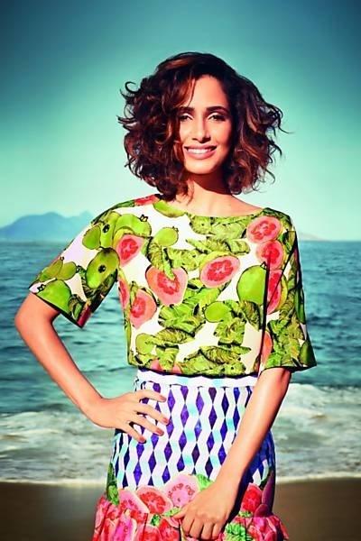 """Camila Pitanga é capa e recheio da revista """"Glamour Brasil"""" de setembro. À publicação, a atriz contou histórias da sua trajetória familiar."""