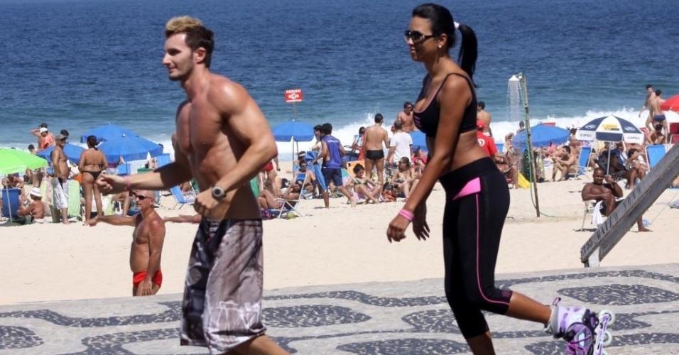 O calor no Rio de Janeiro invadiu a praia no sábado (1/9/12). Aproveitando a situação, a ex-BBB Ariadna foi com o namorado, o italiano Gabriele Bendetti, praticar exercícios na orla do Leblon, na zona sul carioca. Enquanto a transexual andava de patins, o namorado corria ao lado da amada.