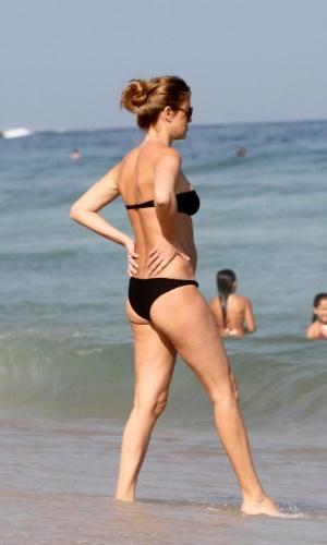 Trajando um biquíni preto que mostrava seu corpo em excelente forma, a modelo Letícia Birkheuer aproveitou a praia de Ipanema, no Rio de Janeiro. A beldade estava acompanhada do marido, Alexandre Furmanovich (2/9/12)