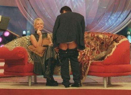 O cantor Leonardo abaixa a calça em entrevista no programa 'Planeta Xuxa' (1999)