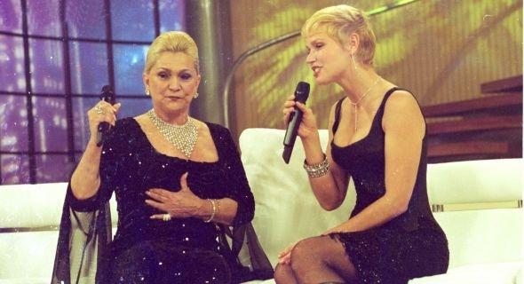 Xuxa recebe Hebe Camargo durante o programa '50 anos da TV', na Globo (29/5/00)