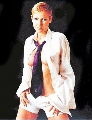 Vestida de homem, Xuxa exibe seus novos seios (2000)