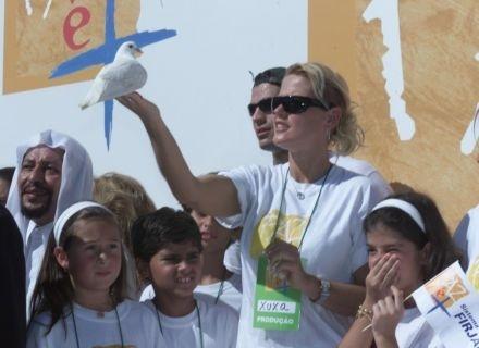 """Xuxa vira mensageira da paz durante a passeata """"Paz é +"""", no Rio (12/5/02)"""