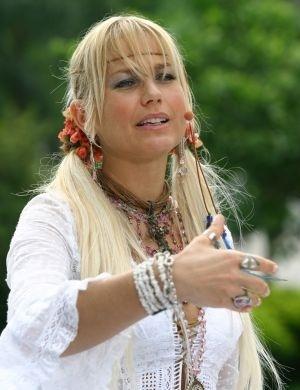 Com visual hippie, Xuxa gravou mensagem pelos 450 anos da cidade de São Paulo (2003)