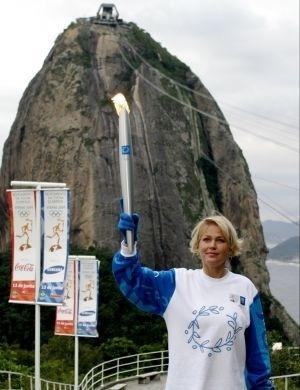 Xuxa ergue a tocha olímpica para as Olimpíadas de Atenas, em 2004